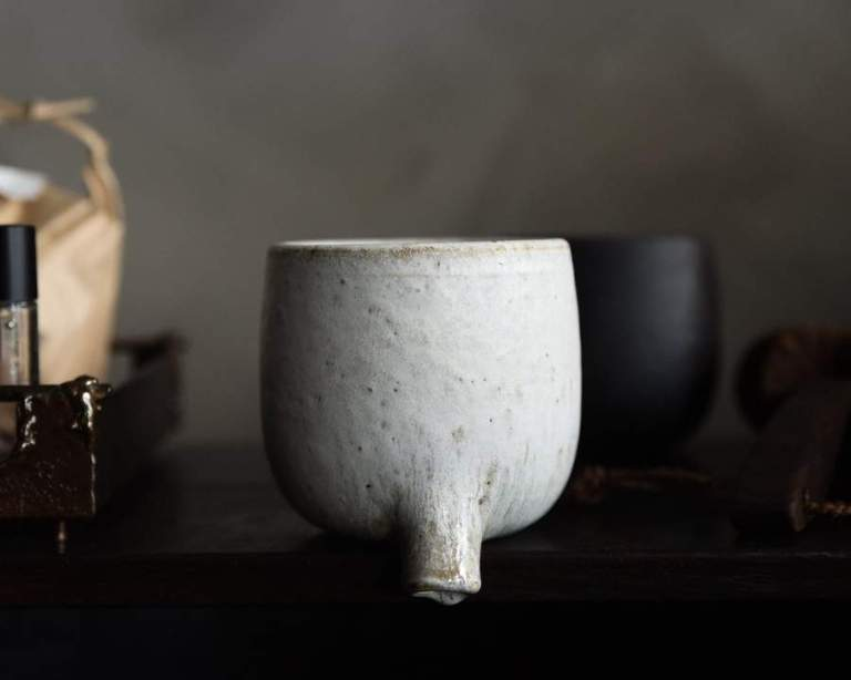 ceramic-toothbrush-holder-textured-white-shackpalace-rituals_750_900x